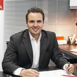 Renato Melo Arquiteto Urbanista, de Belo Horizonte, formado no Izabela Hedrix, com mestrado em Projetos de Arquitetura na Universidade Politécnica da Catalunha.